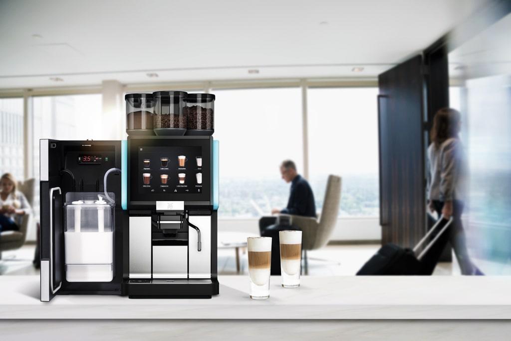Kawa w biurze z profesjonalneg ekspresu WMF