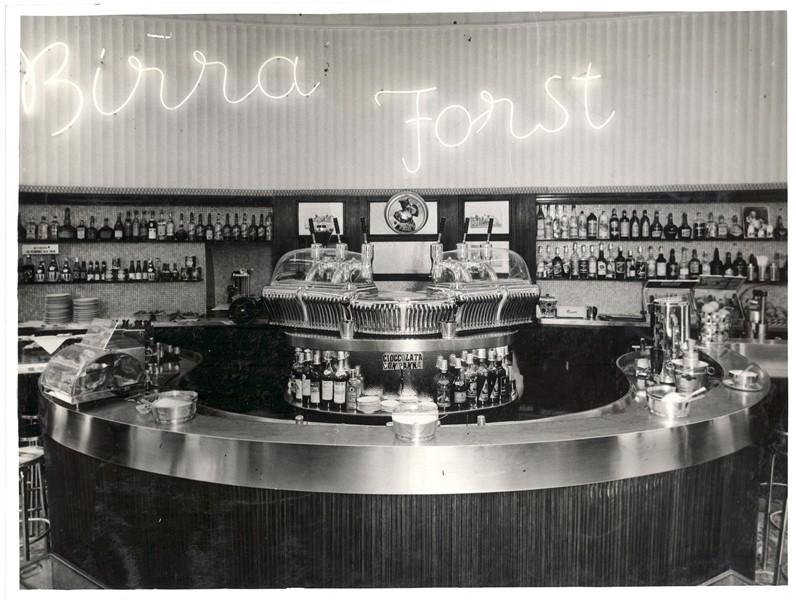 Kawiarnia z ekspresem do kawy w latach 50 we włoszech