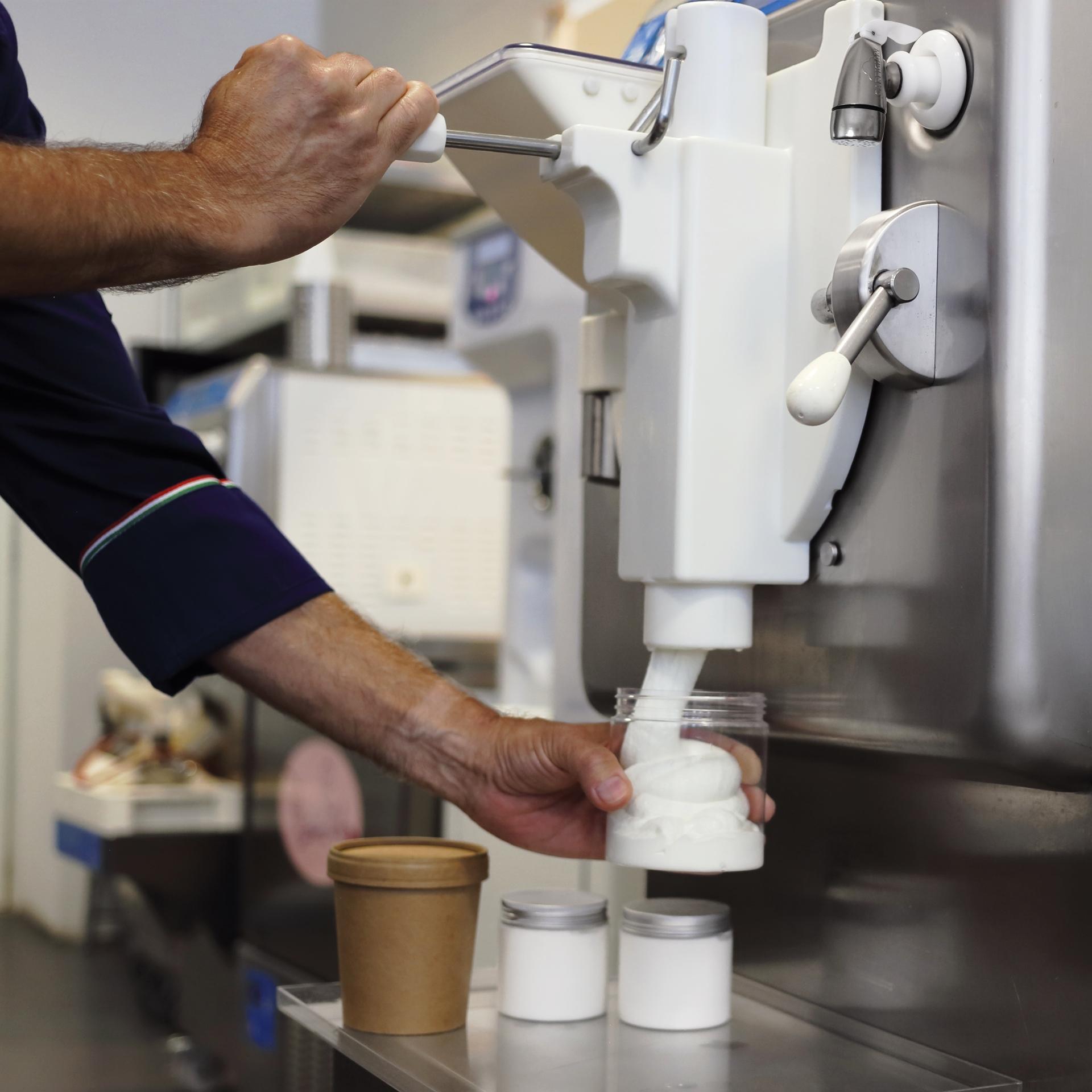 Lody na wynos w słoikach bezpośrednio z frezera do lodów