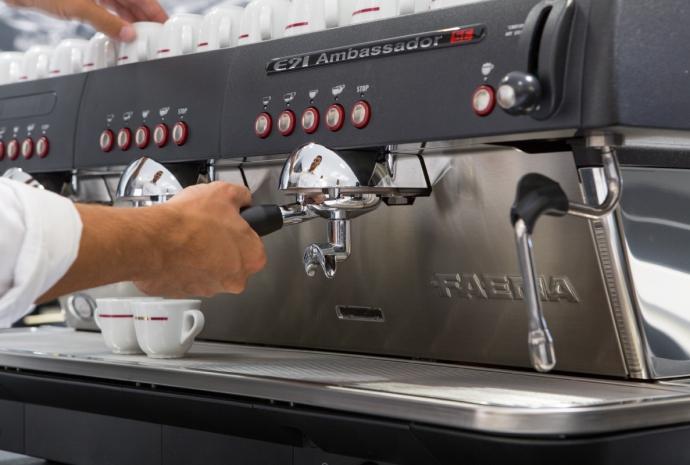 Ekspres do kawy podczas wydawania kawy