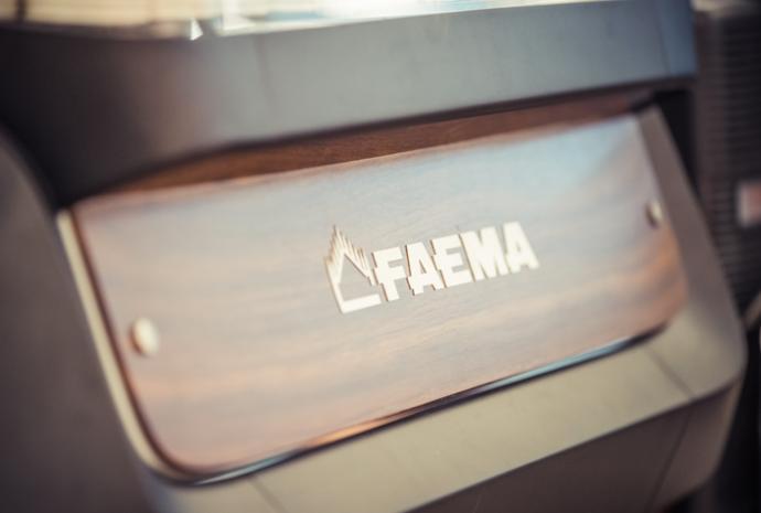 Faema E71 E - drewniany panel - profesjonalny ekspres do kawiarni