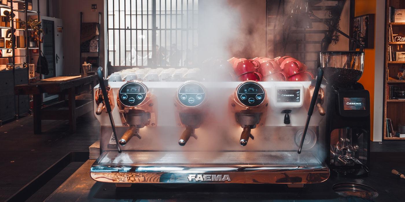 Ekspres w kawiarni podaje napoje na bazie espresso - Faema Ambassador