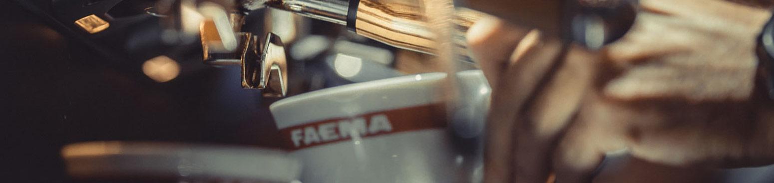Wydawanie kawy za pomocą ciśnieniowego ekspresu do kawy Faema