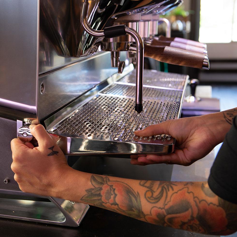 Regulowana wysokość tacki w ekspresie do kawy Faema President