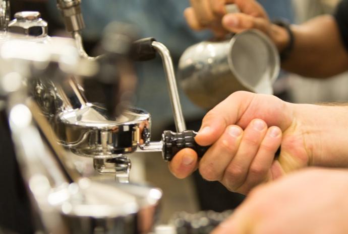 Mielenie kawy do łyżki w ekspresie E61 Legend