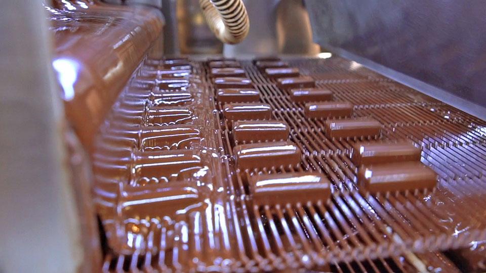 Oblewanie czekoladą w tunelu chłodniczym selmi