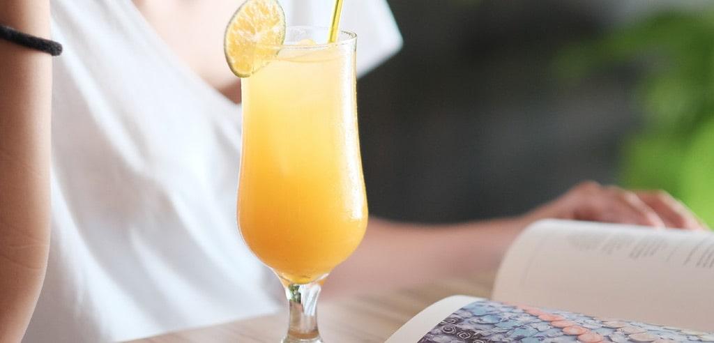 Zdrowy tryb życia świeżo wyciskane soki z owoców