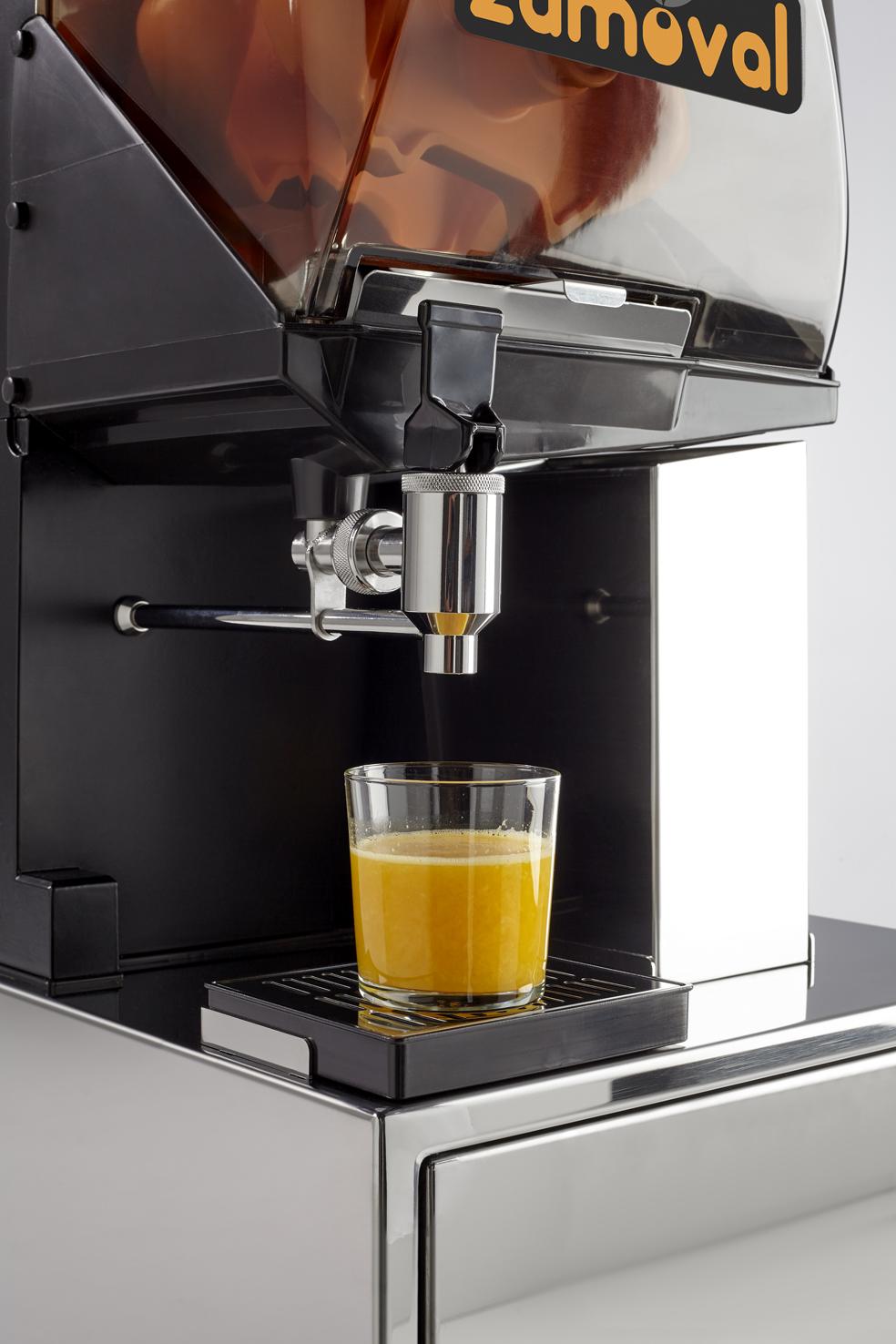 Automatyczne wyciskanie pomarańczy do szklanki