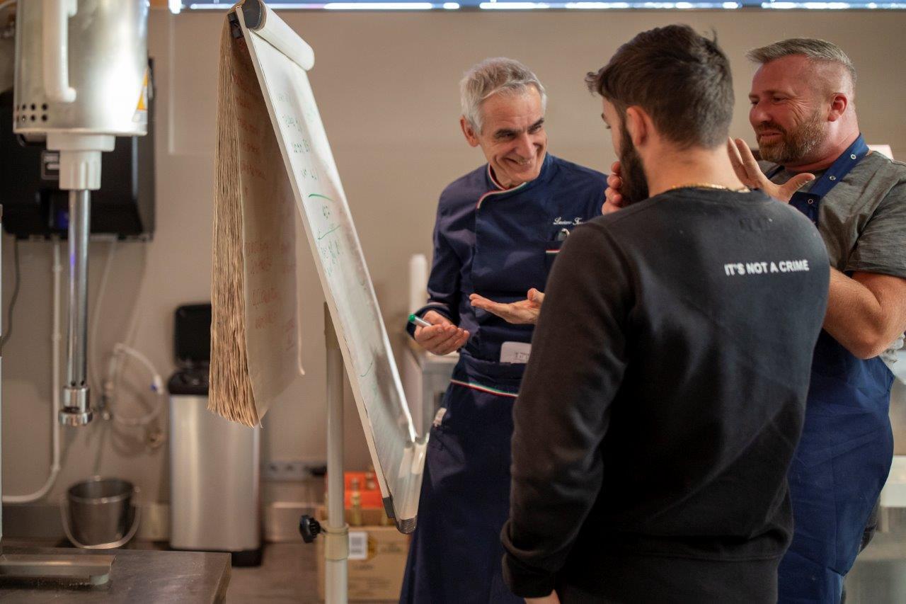 Luciano Ferrari prowadzący szkolenie z produkcji lodów